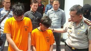 Dua Remaja Tak Berdaya Saat Ditangkap Polisi Karena Bermain Judi
